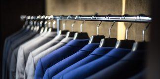 Vrouwen besparen op kledingaankopen, mannen op financiële producten en diensten