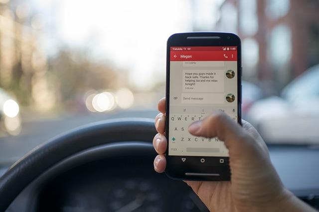 Tweederde van de Nederlanders gebruikt telefoon in verkeer