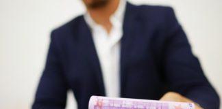 Hoekstra onderzoekt verlaging maximale rente op krediet