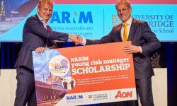 NARIM JUBILEERT : MAKELAAR AON SCHENKT STUDIEBEURS